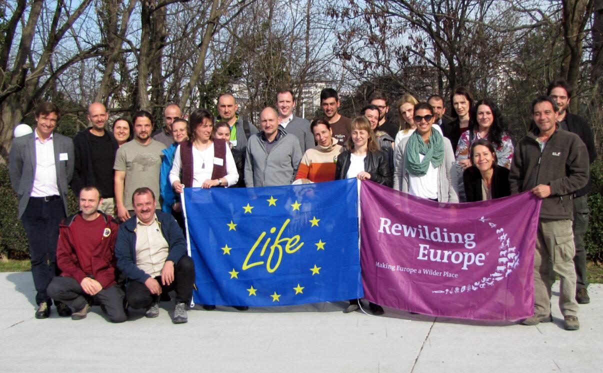 Екипът на Rewilding Europe и партньорите по проектите LIFE Vultures and LIFE Bison на среща за отбелязване на началото на проекта в Хасково, България.